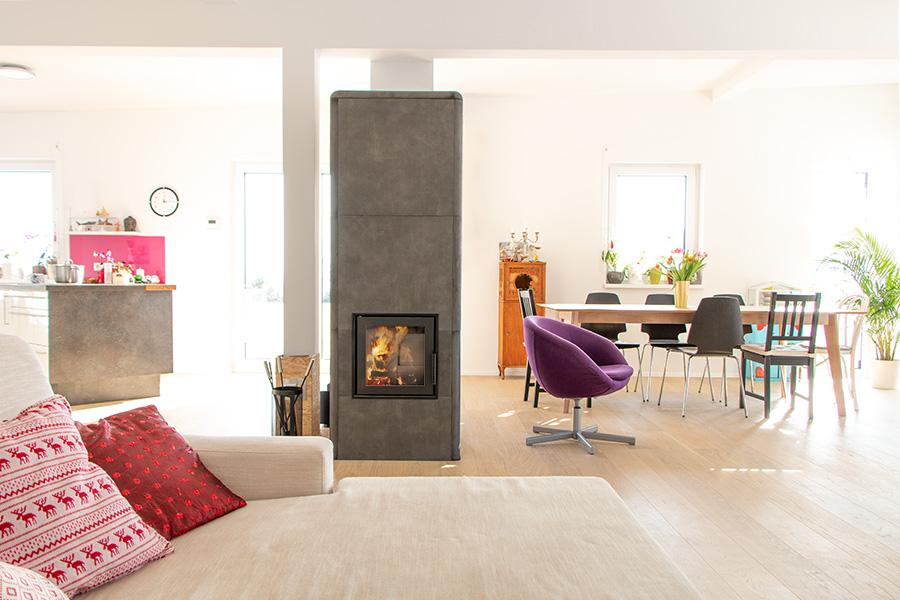 HAIM Ofen, schlichte Erscheinung, elegantes und modernes Design, schnelle Wärmeabgabe, lange Speicherkapazität, massiver Kern, effiziente Verbrennung, Schamotte Brennraum, hochwertige Komponenten, unkomplizierte Bauweise, besonderer Einrichtungsgegenstand, Gemütlichkeit und Wohlbefinden im Wohnraum